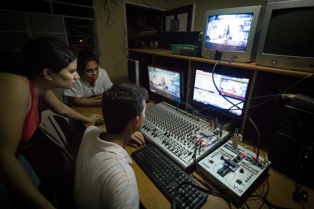 Første dag på jobb i Ultra-TV, lokal TV-kanal i Retalhuleu. De siste tre ukene av Guatemala-oppholdet vårt har vi flytta hit med ny jobb og ny vertsfamilie. Her er det varmt om helt annerledes enn i Patzún. Ultra-TV sender stort sett filmer (som de overhode ikke har rettigheter til å sende). Man-fre på kveldstid har de et par timer med live-sendinger, i kveld er det nyheter og intervjuer. De to som blir intervjua i studio har tatt med seg et titalls bilder som skal vises mens de snakker, problemet er bare at bildene ikke er strukturert og tilsynelatende ikke har noen sammenheng med det de snakker om. Så da gjelder det å improvisere litt.