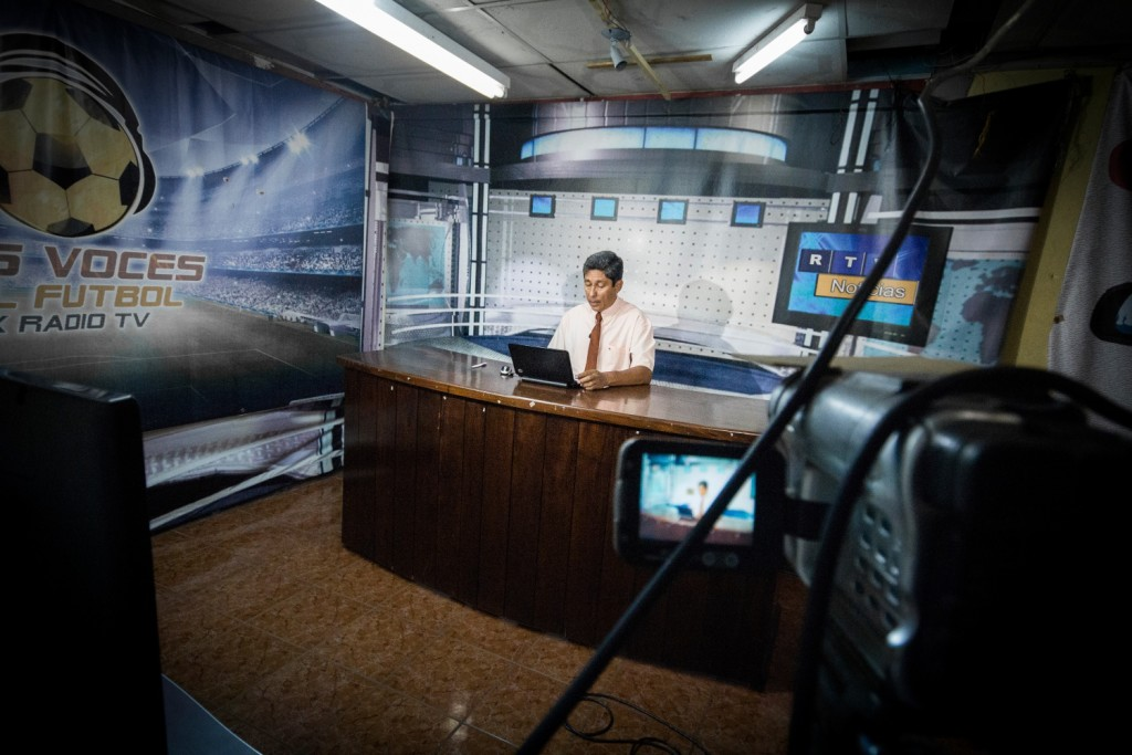 Manolo Lú Carranza, nyhetsanker og reporter. Nyhetssendinga er (uten noen spesiell grunn) 25 minutter forsinka og han åpner med å fortelle at i dag er Anton fra Norge på besøk.