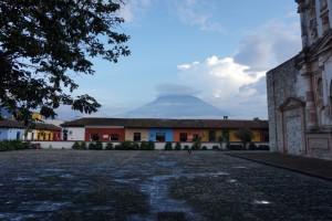 En av vulkanene rundt Antigua, og se på de fine fargene på husene! Elsker denne byen